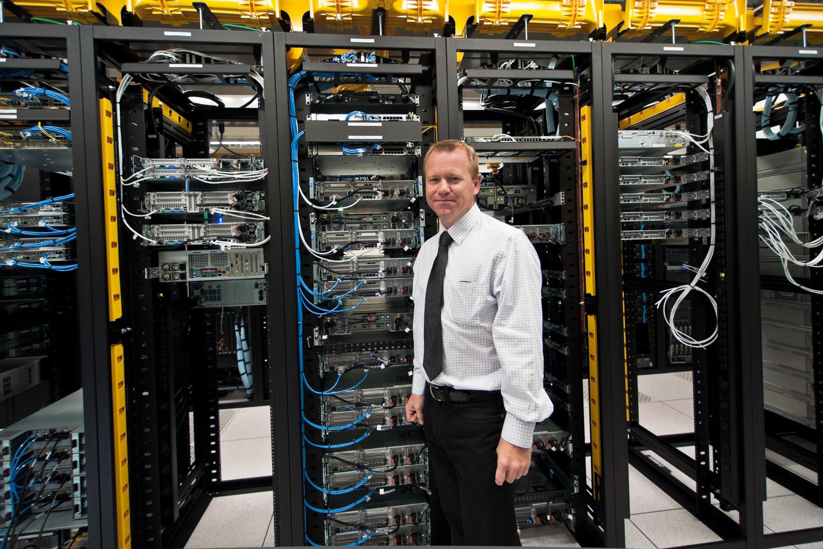 Okablowanie pionowe i poziome filarami strukturalnych sieci LAN